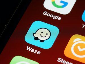 Imagem com logotipo do aplicativo Waze na tela do celular